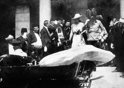 Photo de l'Archiduc François Ferdinand et de la duchesse de Honhenberg, Sophie Chotek de Chotkowa et Wognin à leur départ de l'hôtel de ville, cinq minutes avant l'assassinat.