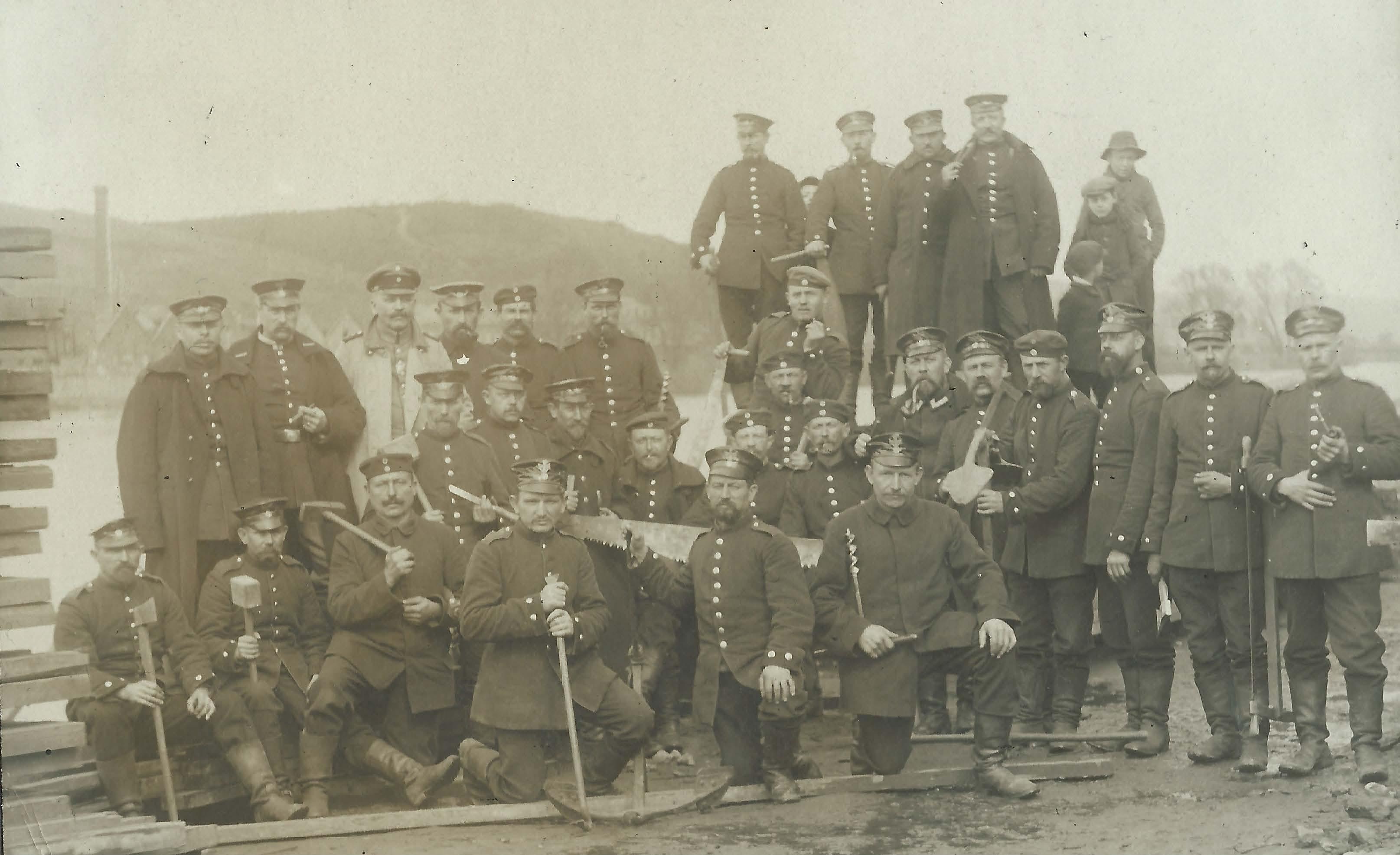 Les pionniers allemands et le pont sur lequel le charroi ennemi se dirige vers Seilles (coll. Christophe Liégeois et Georges Taton).
