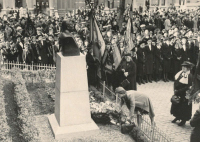 Les petites filles du docteur Camus, Simone et Fanny Rousseau, fleurissant le monument.