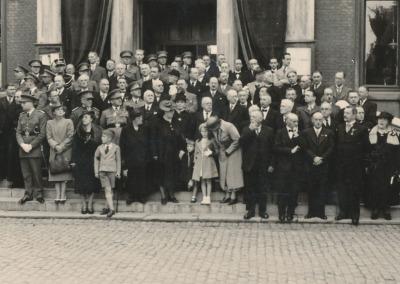 Lors de la cérémonie d'inauguration, les différentes autorités devant les marches de l'Hôtel de Ville en présence des petites filles du docteur Camus et des enfants de l'une d'elles (enfants du mariage de Fanny Rousseau avec M. Serneels).
