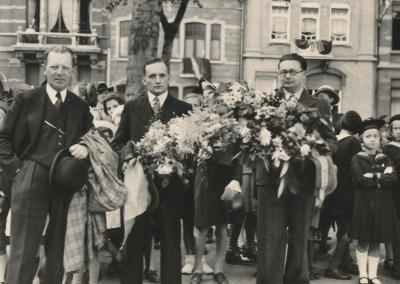Les représentants du Syndicat d'Initiative faisant partie de la commission avec Oscar Frenet portant les fleurs.