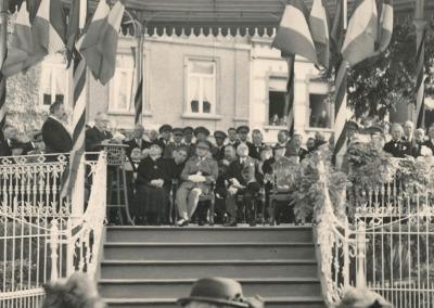 Les autorités sur le kiosque pendant le discours du bourgmestre Armand Denée.